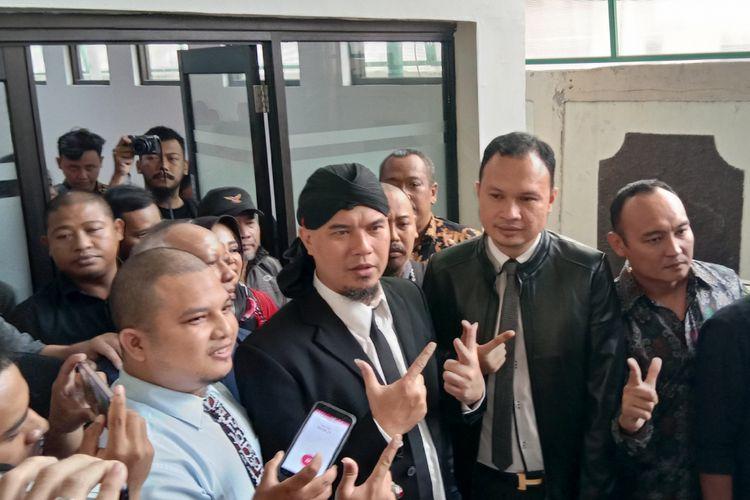 Ahmad Dhani menghadiri sidang pembacaan putusan untuk kasus ujaran kebencian yang menjeratnya di Pengadilan Negeri (PN) Jakarta Selatan, Ampera Raya, Senin (1).