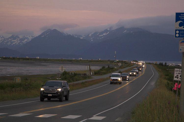 Barisan mobil warga yang melakukan evakuasi dari Homer Spit di Alaska, Amerika Serikat, 28 Juli 2021, setelah peringatan tsunami dikeluarkan menyusul gempa bumi bermagnitudo 8,2. Tsunami kecil akhirnya melanda Alaska dengan ketinggian maksimum 21 cm, dan semua peringatan dicabut tiga jam kemudian.