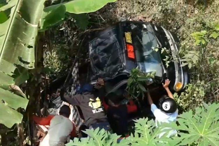 Mobil pikap rombongan wisatawan asal Majalengka masuk jurang dalam perjalanan menuju objek wisata Buricak Burinong Waduk Jatigede, Sumedang, Minggu (6/6/2021). Satu dari 14 wisatawan tewas dalam kejadian ini.