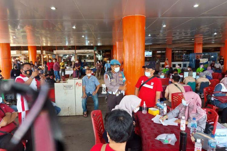 Vaksinasi pedagang di pasar raya Padang.