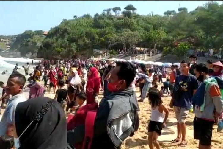 Pengunjung Memadati Kawasan Pantai Kukup Gunungkidul Minggu (16/5/2021)