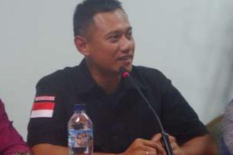 Agus Harimutri melepas atribut kampanye saat mendatang Kelenteng Kong Miao di TMII, Senin (12/12/2016)