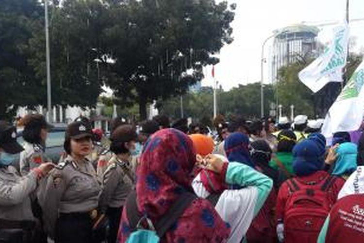 Polwan cantik ikut amankan aksi unjuk rasa di depan Istana Negara, Jakarta, Kamis (21/5/2015).