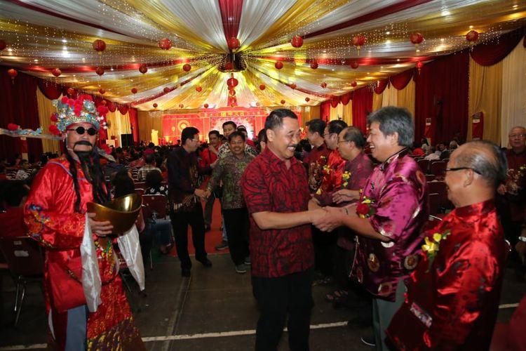 Wakil Bupati Banyuwangi Yusuf Widiatmoko saat datang di perayaan Imlek di Kelenteng Joo Tong Bio Banyuwang, Jawa Timur, Kamis malam (14/2/2019).