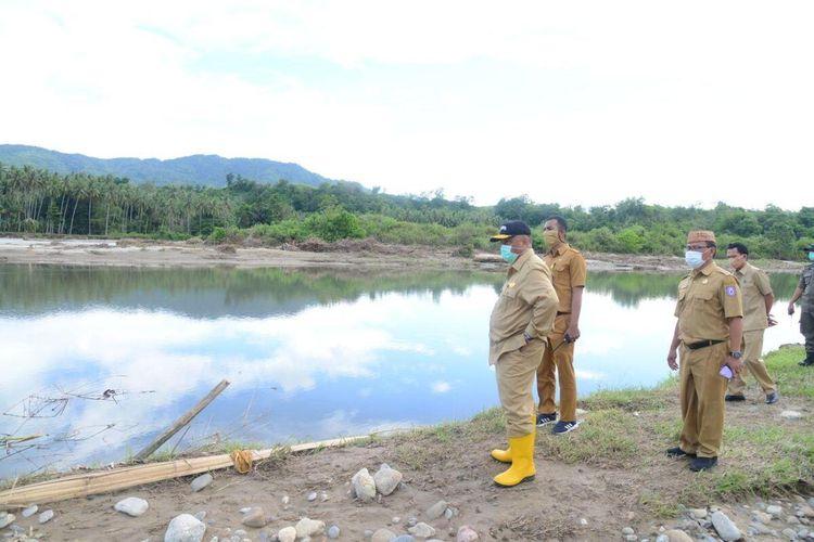 Gubernur Gorontalo Rusli Habibie (kiri) saat melihat kondisi Sungai Bone setelah terjadi banjir bandang yang menggenangi Kabupaten Bone Bolango dan Kota Gorontalo.