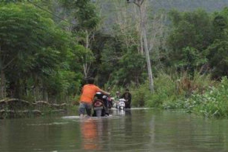 Ilustrasi: Jalan menuju Lokasi Wisata Brayeun, Aceh, mengalami banjir, Minggu (9/6/2013).