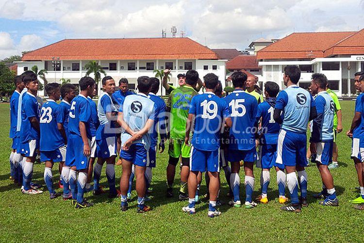 Pemain persib mendengarkan arahan pelatih Roberto Carlos Mario Gomez, seusai berlatih di Lapangan Sesko AD, Kota Bandung, Senin (18/12/2017).