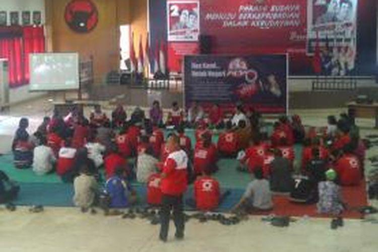 Dewan Pimpinan Daerah (DPD) PDI Perjuangan Jawa Tengah menggelar doa bersama untuk kedamaian Indonesia terkait putusan MK atas gugatan Pilpres 2014 di kantor DPD PDIP Jateng, Kamis (21/8/2014).