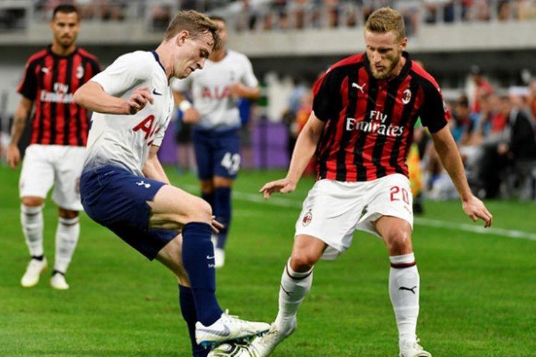 Oliver Skipp dan Ignazio Abate dalam laga Tottenham Hotspur versus AC Milan pada laga ICC 2018 di US Bank Stadium, Selasa (31/7/2018)