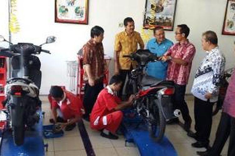 Laboratorium otomotif di SMKN 1 Manggis Karangasem, Bali