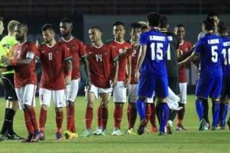 Para pemain timnas Indonesia bersalaman dengan pilar Thailand seusai laga pembuka Piala AFF 2016 di Stadion Philippine Sports Stadium, Bocaue, Sabtu (19/11/2016).