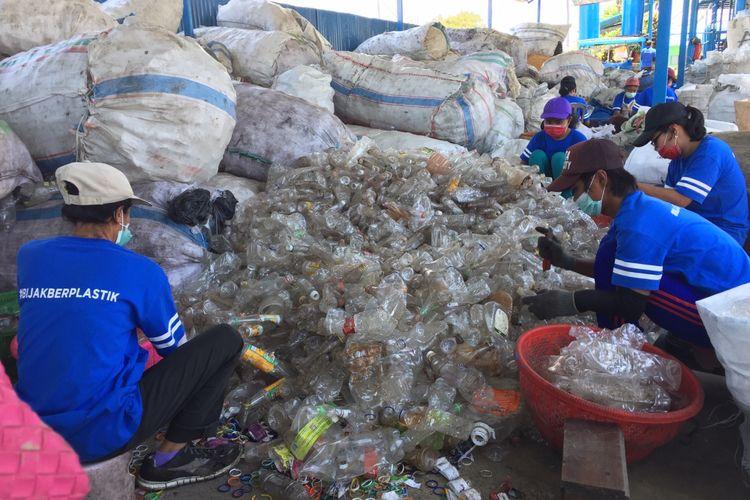 Para pekerja di Bali PET Recycling Center menyortir botol plastik.
