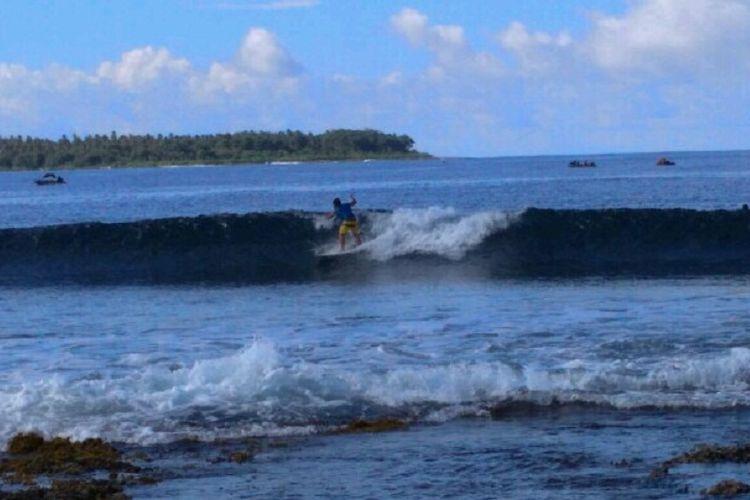 Aksi seorang peselancar peserta pertandingan internasional Aceh Surfing Internasional Championship (AISC) ke-3 26-28 2017 di Pantai Matanurung, Kecamatan Teupah Tengah, Kabupaten Simelueu, Aceh.