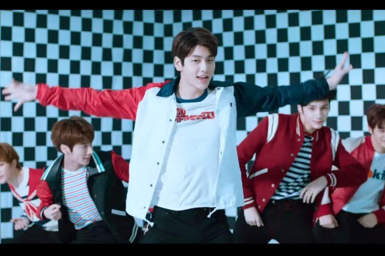 Bidik layar salah satu scene video musik lagu Crown milik TXT, boyband baru dari Big Hit Entertainment.