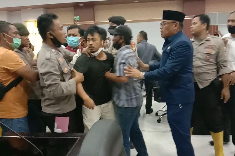 Aksi unjukrasa di DPRD Luwu Utara, Sulawesi Selatan, Senin (10/08/2020) siang, berlangsung ricuh