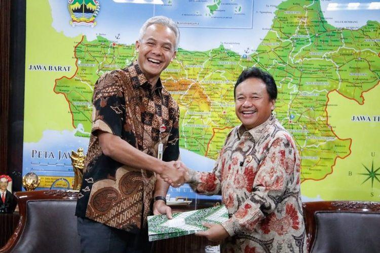 Gubernur Jateng Ganjar Pranowo menerima setifikat hak pengelolaan lahan (HPL) lahan PRPP dari Kepala BPN Jateng Jonahar.