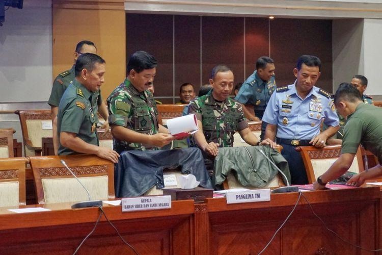 Panglima TNI Marsekal Hadi Tjahjanto dan Kepala Staf TNI AD (Kasad) Jenderal Mulyono di ruang rapat Komisi I DPR, Kompleks Parlemen, Senayan, Jakarta, Kamis (24/5/2018).