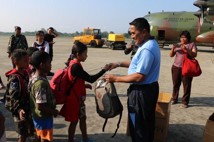 Komandan Lanud Silas Papare Marsma Tri Bowo Budi Santoso memberikan bingkisan perlengkapan sekolah kepada anak-anak pengungsi yang kembali ke Wamena, Kabupaten Jayawijaya, di Base Ops Lanud Silas Papare, Jayapura, Papua, Jumat (11/10/2019)
