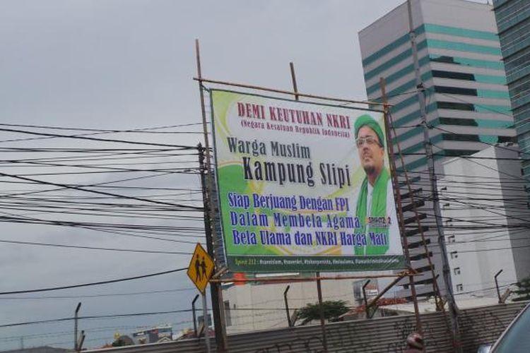 Baliho bergambar Pemimpin Front Pembela Islam (FPI) Rizieq Shihab, di kawasan Slipi, Jakarta Barat, Kamis (9/2/2017).