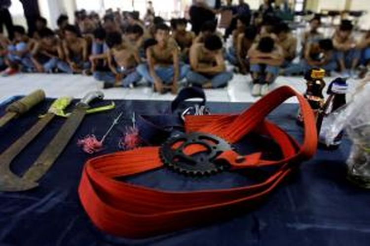 Barang bukti berupa gir, senjata tajam dan bom molotov yang disita dari tangan pelajar SMK Bhakti Jakarta diperlihatkan di Polres Metro Jakarta Selatan, Selasa (16/10/2012). Sebanyak 77 pelajar sekolah ini ditangkap polisi saat diduga akan melakukan tawuran.