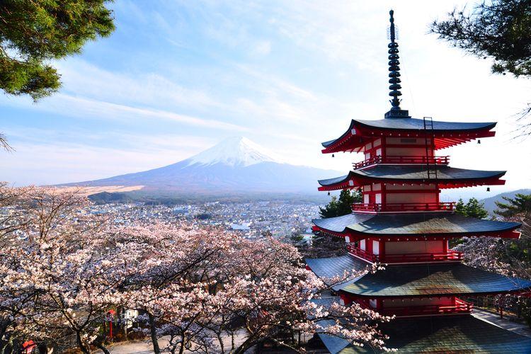 Chureito Pagoda (Red Pagoda) yang punya 5 tingkat dengan latar belakang Gunung Fuji.