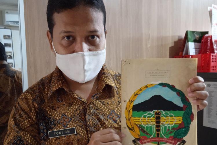 Pemerhati seni dan budaya Toni Riyamukti menunjukkan dokumen lambang daerah Kabupaten Banyumas, Jawa Tengah, yang benar.