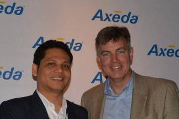 "Alfian Manullang, GM Enterprise Business Telkomsel menerima penghargaan ""The Axeda Internet of Things Excellence Award for International Mobile Partner"" dari Joe Bartlett, EVP Channel Programs of Axeda di Foxboro, Massachussetts – Amerika Serikat, Selasa (14/5)."