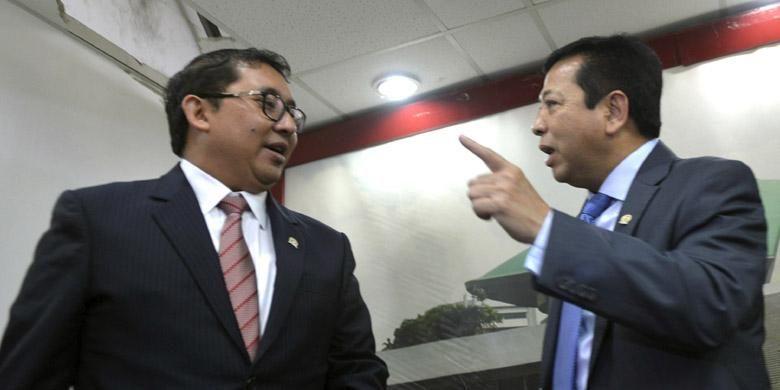 Ketua DPR Setya Novanto (kanan) dan Wakil Ketua DPR Fadli Zon selesai menyampaikan keterangan dan klarifikasi terkait kunjungan mereka dan sejumlah anggota DPR lain ke Amerika Serikat beberapa waktu lalu di Kompleks Gedung Parlemen, Jakarta, Senin (14/9/2015).