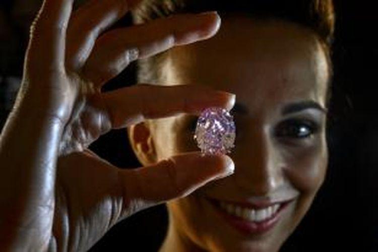 Berlian Pink Star yang terjual dalam sebuah lelang di Geneva, Swiss.