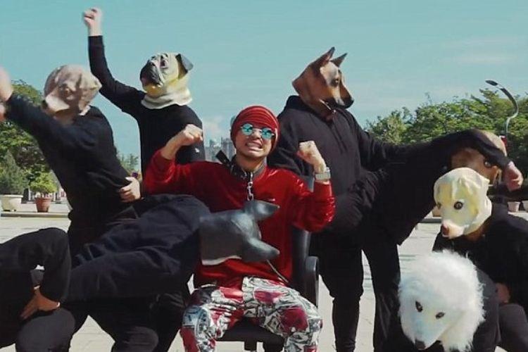 Wee Meng Chee alias Namewee berkostum merah dalam video klip lagu berjudul Like a Dog yang dirilis pada 10 Februari lalu.