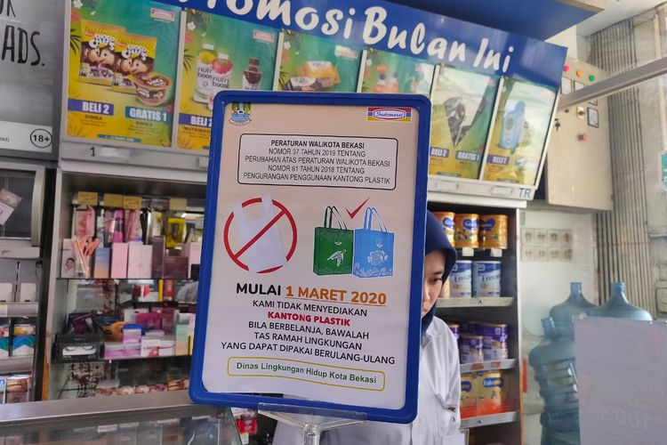 Minimarket di Bekasi, Jawa Barat, tidak lagi sediakan kantong plastik sekali pakai, Senin (3/2/2020).