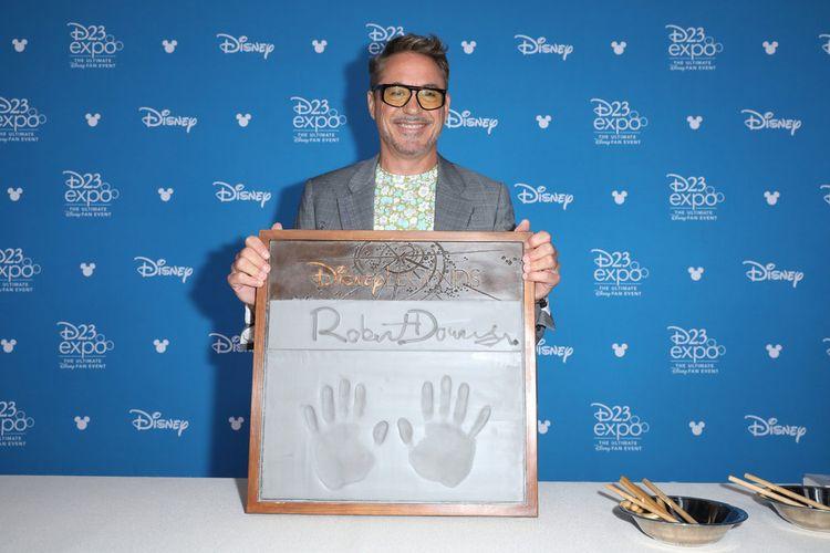 Aktor pemeran Iron Man Robert Downey Jr menunjukkan cap tangannya setelah dinobatkan sebagai Disney Legends di D23 Expo yang digelar di Anaheim Convention Center, Anaheim, California, Jumat (23/8/2019).