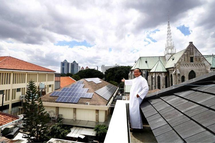 Pemasangan panel surya di Gereja Katedral Jakarta dilakukan dalam dua tahap.