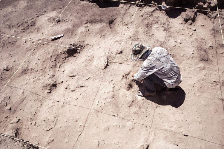 Arkeolog sedang meneliti penemuan di situs kuno
