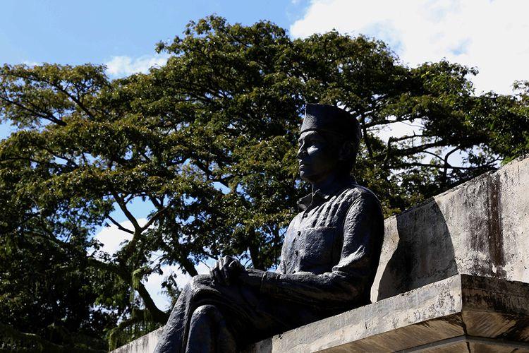 Patung Bung Karno di samping pohon sukun di kompleks Pelabuhan Bung Karno, Ende, Pulau Flores, Nusa Tenggara Timur, Kamis (11/7/2016). Kota ini menyimpan sejarah panjang perihal sepak terjang Ir Soekarno atau Bung Karno selama empat tahun (14 Januari 1934 hingga 18 Oktober 1938) menjalani pengasingan.