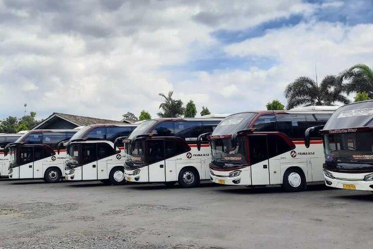 Deretan bus Primajasa di Pool Tasikmalaya terparkir karena belum beroperasi selama masa pandemi corona, Kamis (4/6/2020).