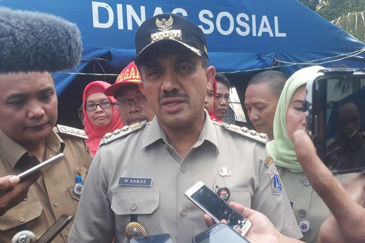 Wali Kota Jakarta Timur M Anwar usai meninjau posko pengungsian korban kebakaran di Halaman SDN Bidara Cina 03 Pagi, Jatinegara, Jakarta Timur, Selasa (22/10/2019).