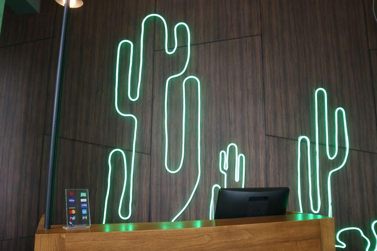 Hotel ibis Styles Jakarta Simatupang, menawarkan nuansa oasis padang gurun di tengah hiruk pikuk Jakarta. Tampak desain kaktus yang berpadu lampu neon ditampilkan di customer service.