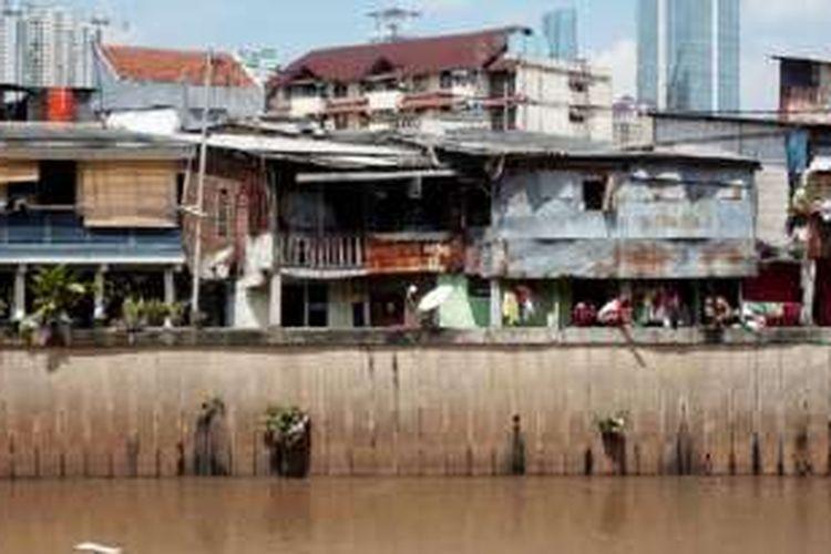 Deretan rumah berdiri di sepanjang daerah aliran sungai (DAS) Kali Krukut di kawasan Bendungan Hilir, Jakarta Pusat, Minggu (24/4). Penataan sungai di Jakarta terus dilakukan oleh pemerintah.