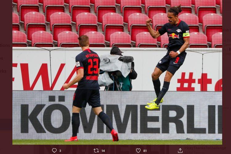 Pemain RB Leipzig, Yussuf Poulsen, merayakan golnya ke gawang Mainz 05, Minggu (24/5/2020).