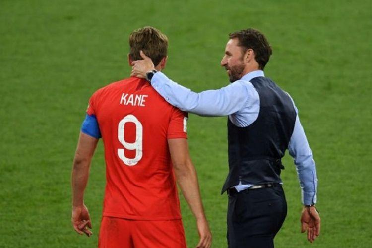 Pelatih Gareth Southgate mengucapkan selamat kepada Harry Kane seusai Inggris menang atas Kolombia pada babak 16 besar Piala Dunia 2018 di St. Petersburg, 3 Juli 2018.