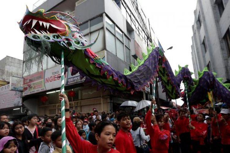 Peserta Cap Go Meh (CGM) Bogor Street Festival 2017 melintas di Jalan Suryakencana, Bogor, Jawa Barat, Sabtu (11/2/2017). Festival budaya untuk memperingati perayaan Cap Go Meh, hari ke-15 setelah perayaan Imlek.