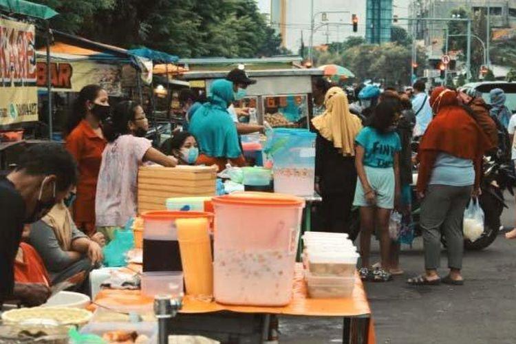 Suasana pedagang takjil dadakan  bermunculan di kawasan Jalan Karang Menjangan, Surabaya, Jawa Timur, Selasa (13/4/2021). Memasuki bulan suci Ramadan 2021, penjual takjil musiman bermunculan dan menawarkan aneka makanan dan aneka minuman.