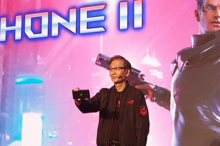 Asus Chairman Jonney Shih menggenggam ROG Phone II di panggung peluncuran yang digelar Asus di Grand Ballroom Pullman Hotel, Jakarta Barat, Kamis (5/12/2019).