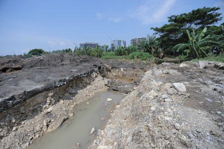 Pembangunan sodetan dari Waduk Side C di Jakarta Garden City, Cakung, Jakarta Timur, menuju Kanal Banjir Timur (KBT), Senin (2/3/2020).