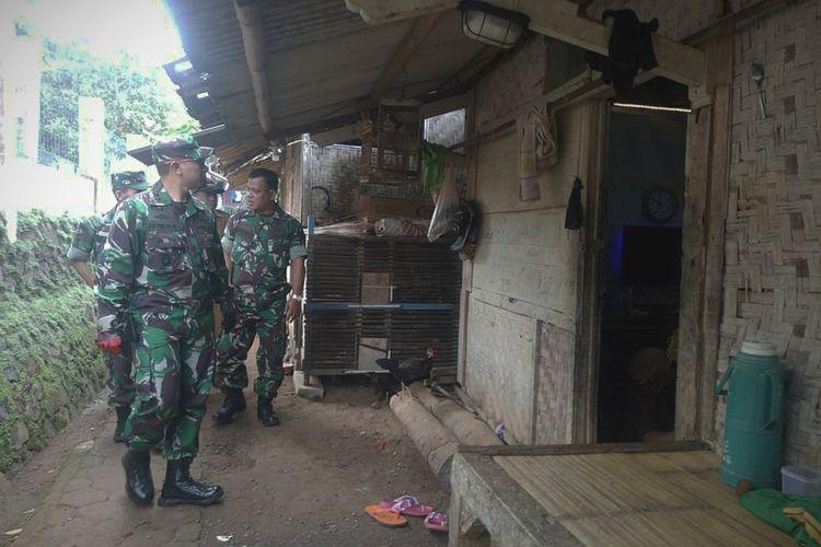 Dandim 0608/Cianjur, Letkol Inf Rendra Dwi Ardhani meninjau rumah tidak layak huni di wilayah Kecamatan Cikalongkulon, Cianjur, Selasa (14/01/2020). Rumah tersebut ditinjau untuk diperbaiki dalam program TMMD 2020