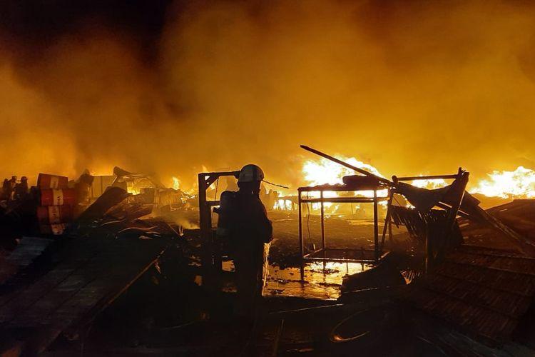 Sebuah gudang bijih plastik seluas 3.000 meter persegi di Jalan Kamal Raya, Tegal Alur, Kalideres, Jakarta Barat, dilalap api pada Selasa (8/6/2021) malam.
