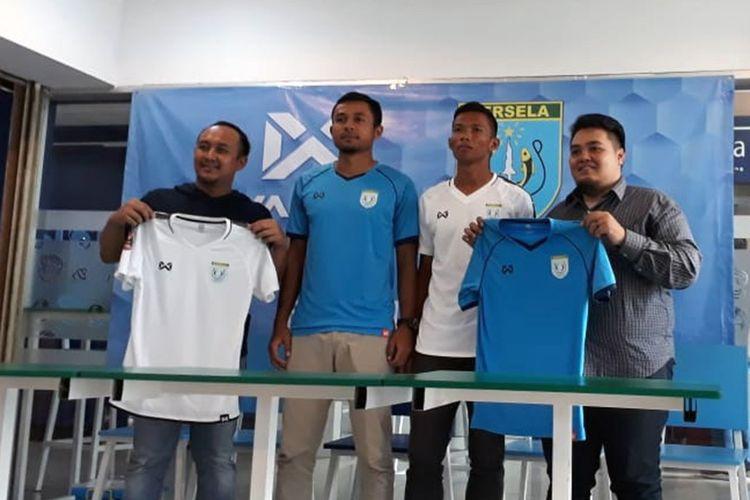 Manajemen dan pemain Persela Lamongan serta perwakilan dari Warrix, saat acara launching jersey di Plaza Lamongan, Sabtu (2/3/2019).