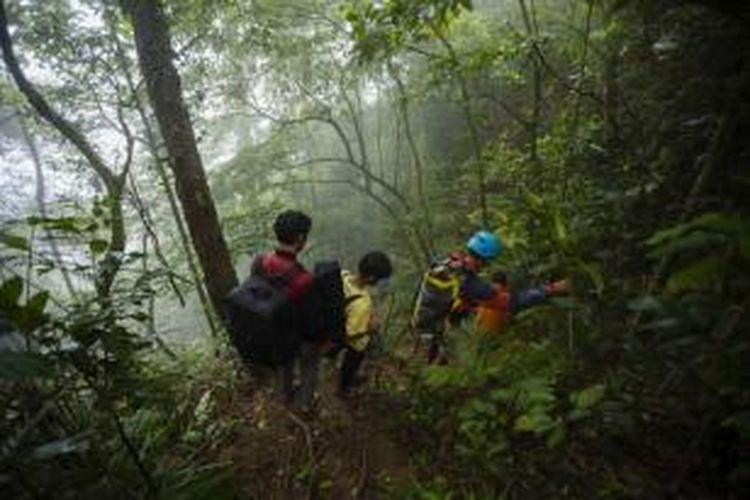 Jalur trekking puncak Gunung Parang, Desa Pasanggrahan, Tegalwaru, Purwakarta, Jumat (27/2/2015). Wisata alam hutan dan tebing gunung api purba ini jarang dikenal, meskipun hanya berjarak sekitar 70 kilometer dari ibu kota Jakarta.