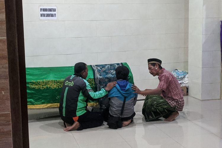 Jenazah GR (7), bocah korban tersengat listrik di Rusun Penjaringan, Jakarta Utara dipulangkan ke rumah keluarga sebelum dimakamkan